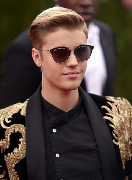 We're totally loving this neat haircut on Justin Bieber!