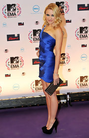 Emily Osment paired her electric blue dress with a gunmetal hard case clutch.