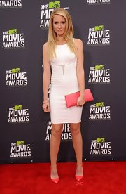 Anna Camp chose a white bandage dress with a gathered waist for her look at the MTV Movie Awards.