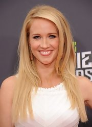 By teasing her hair ever so slightly, Anna Camp made her straight hair have volume and texture.