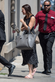 Mandy Moore's oversized tote looked practical and stylish at once.