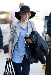 Rachel McAdams paired her casual airport attire with a black floppy sun hat.
