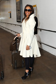 Mel B casually rocks a sweet pair of two-toned ankle boots with a pair of black leggings. Love love love the full-skirted ivory trench. Gorgeous!