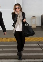Maria Menounos paired a classic leather jacket with a t-shirt for a dressed up travel look.