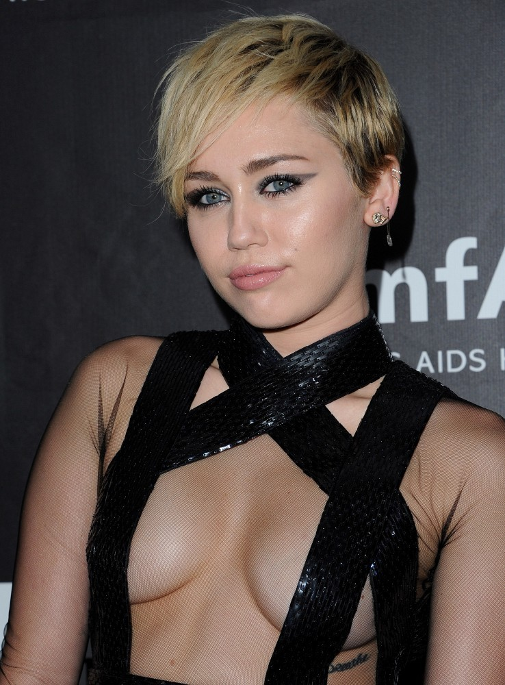 Miley Cyrus Layered Razor Cut Hair Lookbook Stylebistro