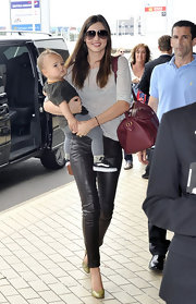 Miranda Kerr spiced up her daytime style with a pair of tight leather pants.