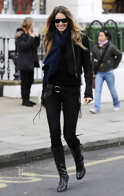 Elle MacPherson once again looked stylish yet casual in a pair of black leather knee high boots. She paired the boots with black skinny jeans.