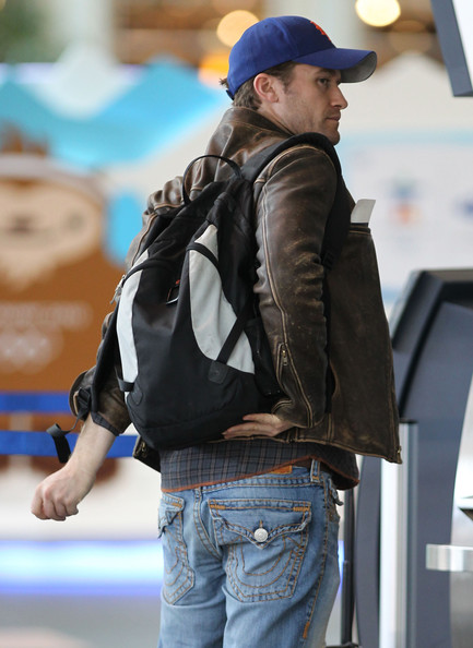 Matthew Morrison carried a classic black and gray backpack at the Vancouver airport.