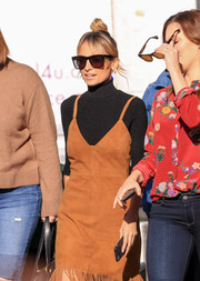 Nicole Richie accessorized with a pair of oversized wayfarers for her visit to 'Extra.'