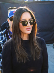Olivia Munn accessorized with classic tortoiseshell cateye sunnies.