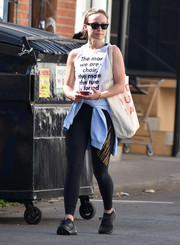 Olivia Wilde topped off her casual ensemble with a white shopper bag.