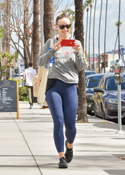 Olivia Wilde sealed off her comfy look with a pair of blue leggings.