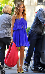 SJP's necklace looks like a 4-leaf clover and has a hint of yellow to match her bright shoes.