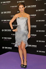 Elsa Pataky unveiled her new ad campaign in gray suede platform pumps. The heels feature bow adorned cap toes.
