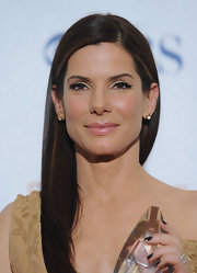 Sandra dons a subtle cat eye with her neutral eye shadows for the People's Choice Awards.