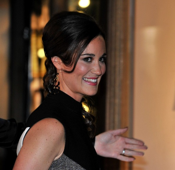 More Pics of Pippa Middleton Side Swept Curls  (1 of 20) - Pippa Middleton Lookbook - StyleBistro