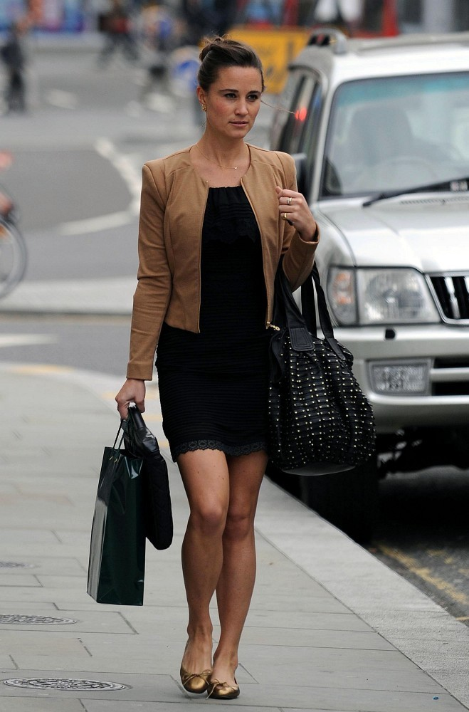Pippa Middleton Accessorized Her Stylish Work Ensemble With A Black Leather Tote Complete Gold Studded