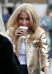 Pixie Lott showed off her cute pastel-blue mani while having coffee.