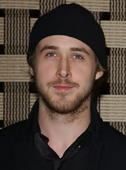 f6c787e0ef7 Ryan Gosling attended the premiere of  Hotel Rwanda  in a black knit beanie.