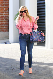 Reese Witherspoon teamed her blouse with blue skinny jeans.