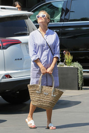 Reese Witherspoon accessorized with a cute bow-adorned straw tote.
