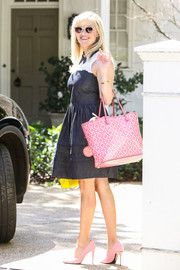Reese Witherspoon added an extra dose of sweetness with an oversized pink tote, also by Draper James.