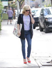 Reese Witherspoon completed her casual-smart ensemble with blue skinny jeans.