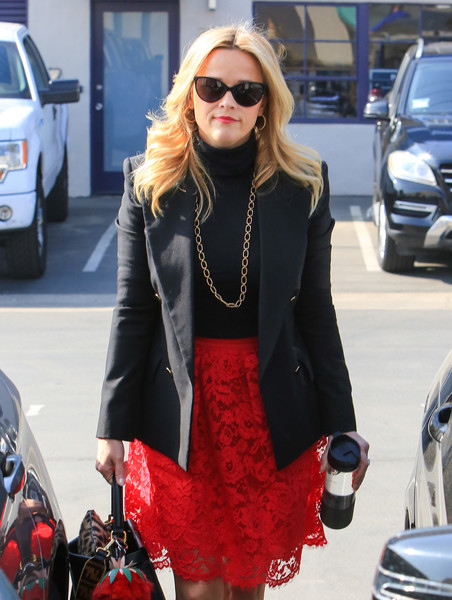 Reese Witherspoon's gold chain necklace by Irene Neuwirth was the perfect finishing touch to her black turtleneck and blazer combo.