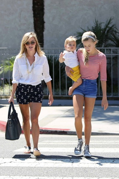 More Pics of Reese Witherspoon Button Down Shirt (6 of 14) - Reese Witherspoon Lookbook - StyleBistro