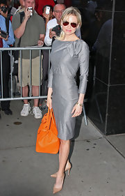 Renee kept the whole outfit nude to give way the popping color of her bag.