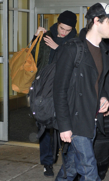 More Pics of Robert Pattinson Duffle Bag (1 of 3) - Robert Pattinson Lookbook - StyleBistro