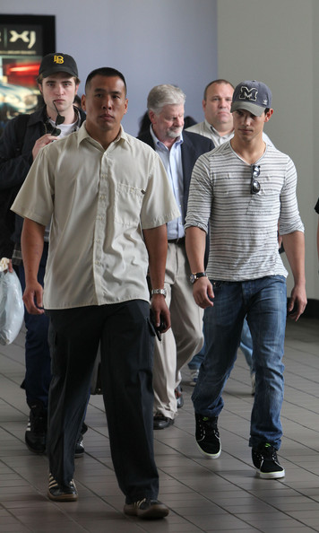 Taylor looked casual while traveling, sporting a striped shirt with jeans and Toki ND suede shoes.