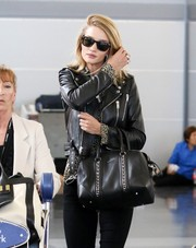 Rosie Hungtington-Whiteley was spotted at JFK Airport wearing classic Ray-Ban wayfarers.
