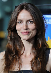 Saffron Burrows went for an easy breezy look with a no-frills wavy center-part 'do.