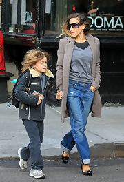 Sarah Jessica Parker oped for a relaxed look while taking her son to school in a black v-neck sweater over a charcoal tee.