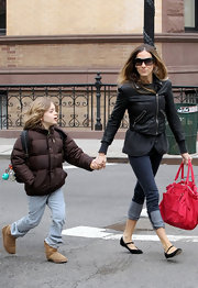 SJP topped off her casual outfit with black Mary Jane flats.
