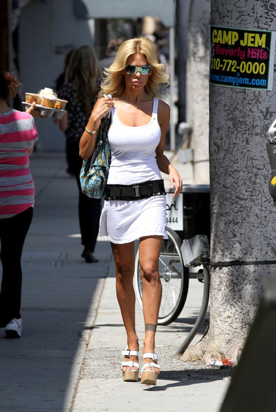 Shauna Sand completed her breezy outfit with a pair of chunky platform sandals.