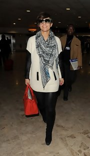 Frankie Sandford chose a gray patterned scarf to add a little bit of texture and pattern to her travel look.