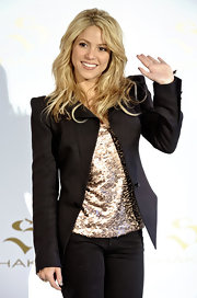 Shakira looked naturally beautiful with barely there makeup and a medium, layered hairstyle.