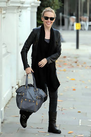 Kylie Minogue showed off her leather tote bag, complete with gold hardware.