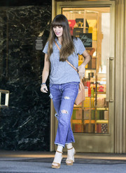 Sofia Vergara teamed her T-shirt with a pair of torn cropped jeans.