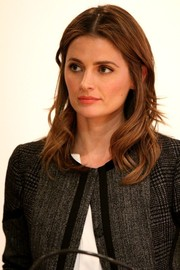 Stana Katic wore a casual yet cute wavy 'do during the 'In Her Shoes' event.