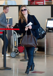 Julia Stiles traveled in style with dark skinny jeans and black lace-up ankle boots.