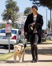 Suki Waterhouse cozied up in an oversize black fleece jacket for a stroll with her dog.
