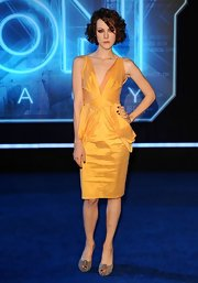 Jena Malone paired her gorgeous yellow dress with nude suede Christian Louboutin pumps.