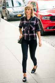 Taylor Swift teamed her shirt with a pair of black skinny jeans.