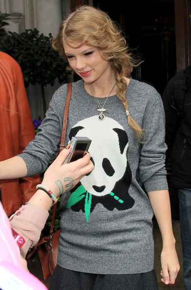 More Pics of Taylor Swift Gold Pendant (1 of 3) - Taylor Swift Lookbook - StyleBistro