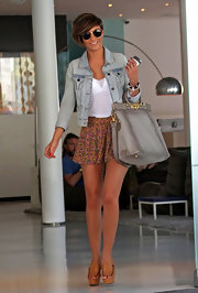 Frankie Sandford sure has an eye for luxe accessories. Check out her sumptuous taupe leather tote!
