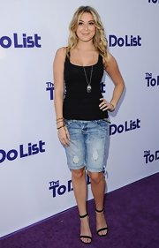 Alexa kept her look summery-chic with distressed knee-length shorts.