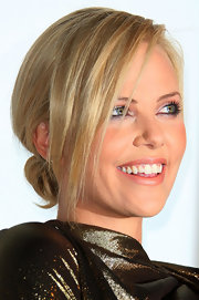 Charlize kept it simple with a low twisted bun and framed her fabulous face with side-swept swing bangs.